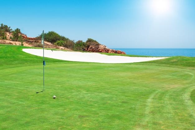 海の壁にあるゴルフコース。夏。