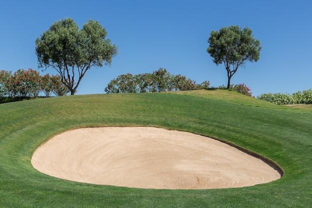 Поле для гольфа готово к игре.