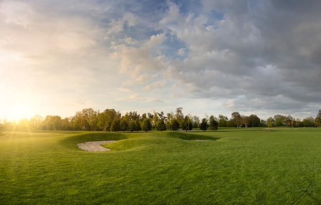 Поле для гольфа с газоном