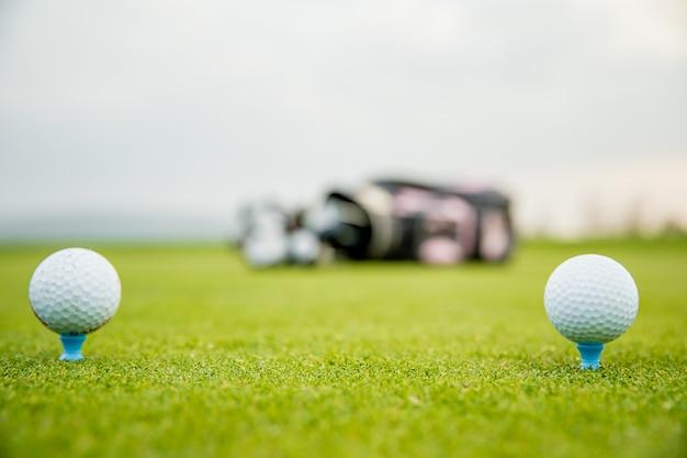 Гольф оборудование на зеленом поле для гольфа