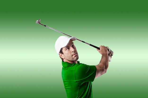 녹색 배경에 스윙을 복용 녹색 셔츠에 골프 선수.