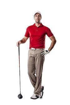 Игрок в гольф в красной рубашке, стоящий на белом пространстве.
