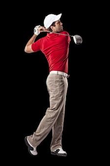 Игрок в гольф в красной рубашке, качаясь, на черном фоне.