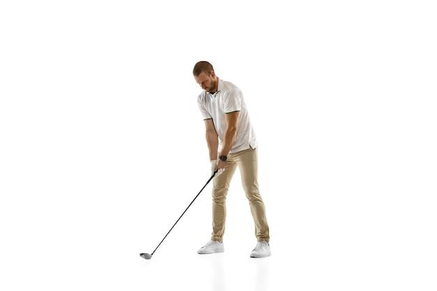 Copyspace와 흰 벽에 고립 된 스윙을 복용 흰 셔츠에 골프 선수. 밝은 감정과 표정으로 연습하는 프로 선수. 스포츠 개념.