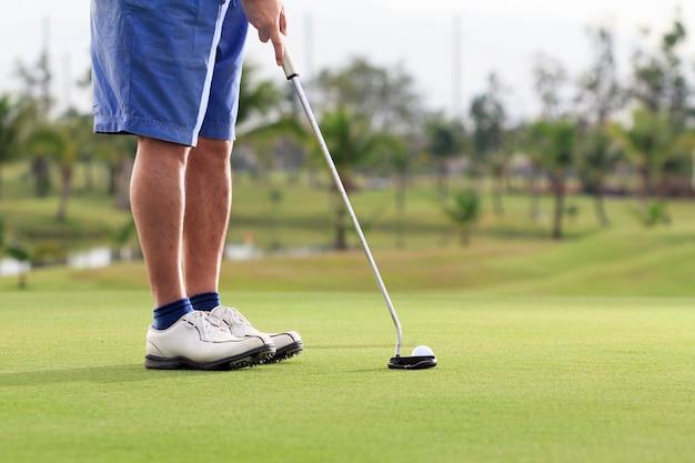 Игрок в гольф надевает зеленый Premium Фотографии