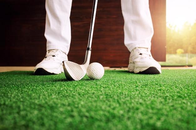 골프 코스에서 공을 칠 준비를 하는 골퍼.