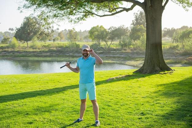 Игрок в гольф кладет мяч на зеленый гольф.