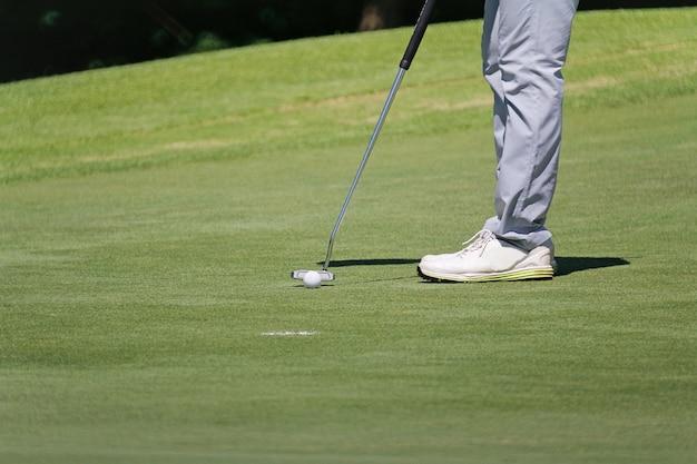 Игрок в гольф, выборочный фокус на мяч для гольфа