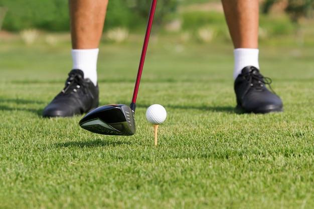 Гольфист готов к игре в гольф