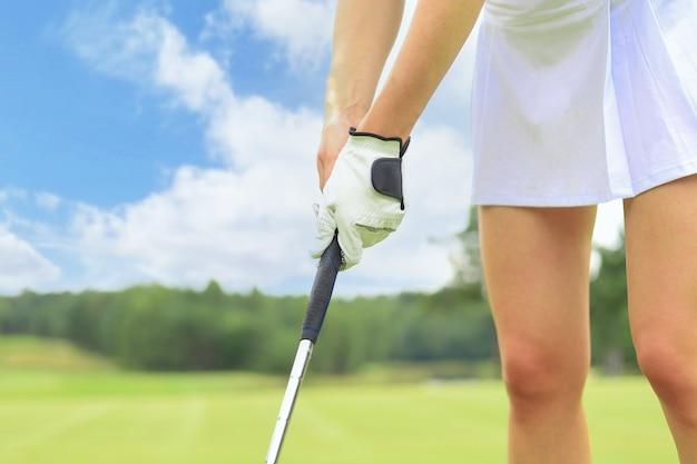 퍼터를 들고 골프를 치는 골퍼.