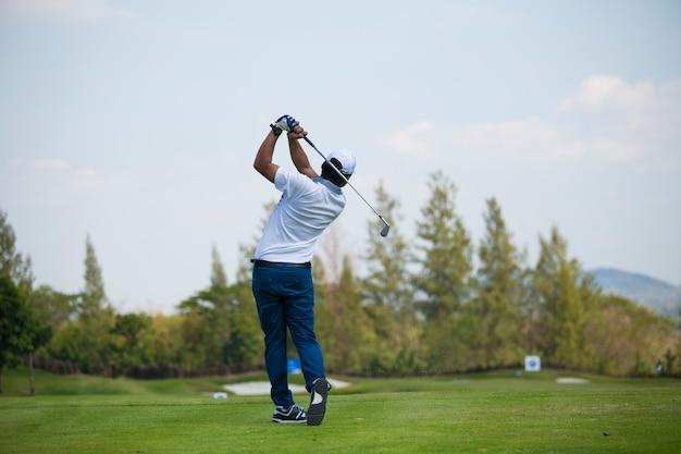 ゴルファーは夏に徹底的なゴルフコースを打つ