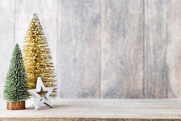Голг и зеленая рождественская елка на деревянном фоне.