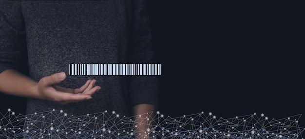 Сканирование штрих-кода голограммы под рукой, на складе и в логистике. служба доставки на дом.