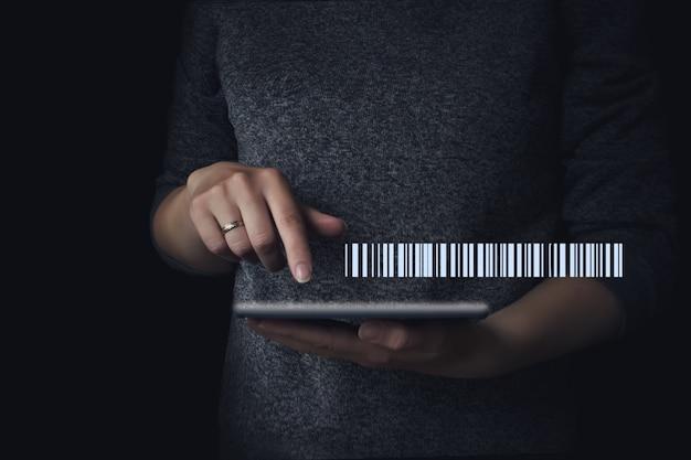 Голограмма современной технологии штрих-кода тегов под рукой для сканирования персонального планшета, простой простой способ оплаты