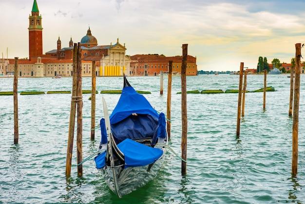 Гондола на закате возле площади сан-марко, венеция, италия.