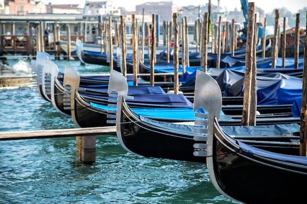 이탈리아 베니스 운하 주변의 곤돌라 보트.