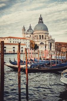 Гондольные катера в венеции - италия Premium Фотографии