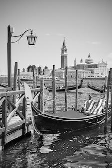 イタリア、ベニスのゴンドラ。黒と白の写真、ベネチアの風光明媚なビュー