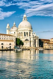 サンタマリアデッラサルーテ聖堂を背景に、ヴェネツィア、イタリアの大運河のゴンドラ