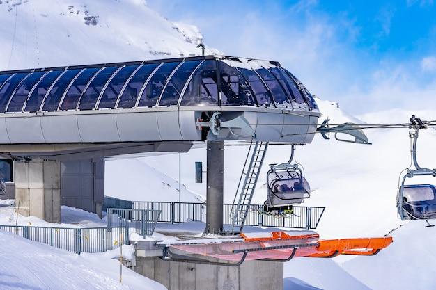 スイスのミューレンにあるスイスアルプスの驚くべき雪山上部駅ビルにあるゴンドラスキーステーションの建物。