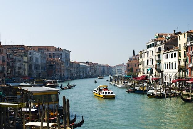 Гондолы и здания в венеции
