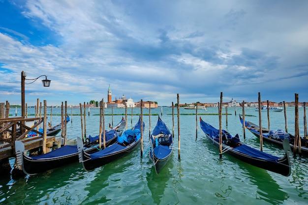 Гондолы и лагуна венеции на площади сан марко венеция италия