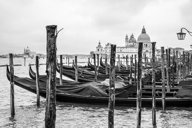 이탈리아 베니스의 곤돌라와 산타 마리아 델라 살루테 교회. 검정색과 흰색