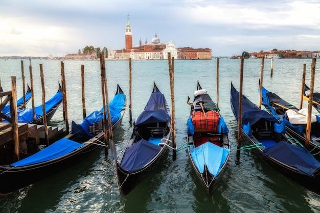Гондолы на площади святого марка в венеции, италия