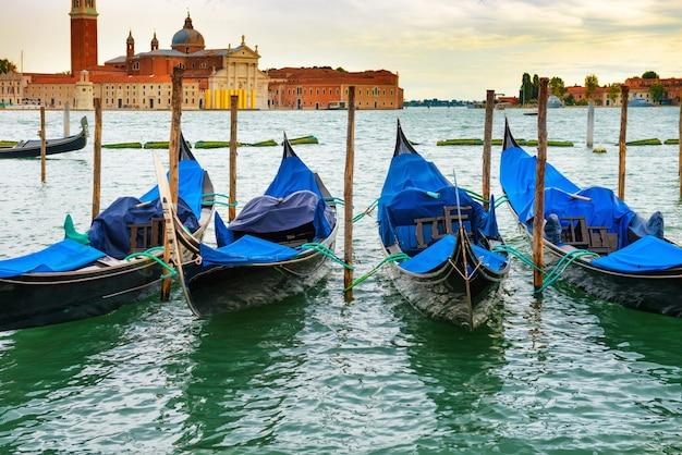 Гондолы на закате возле площади сан-марко, венеция, италия.