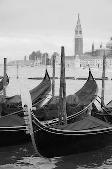 이탈리아 베니스의 곤돌라. 흑백 이미지