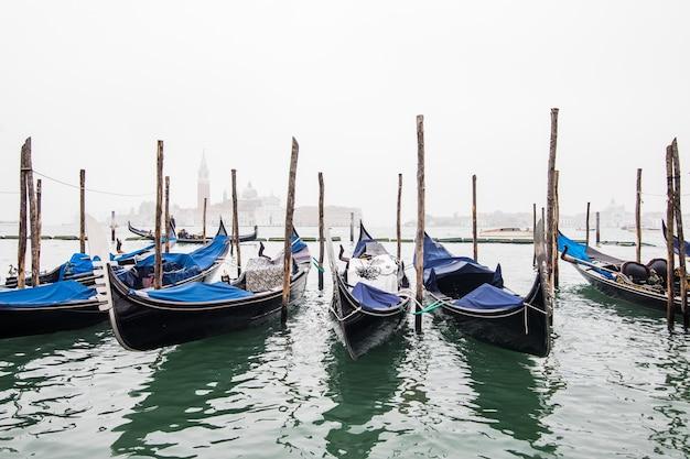 Gondole nella laguna di venezia all'alba, italia