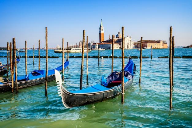 サンマルコ広場に係留されたゴンドラ、背景にはサンジョルジョディマッジョーレ教会-ヴェネツィア、ヴェネツィア、イタリア、ヨーロッパ