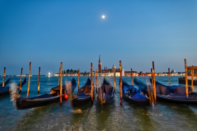 Гондолы двинулись по волнам в венецианской лагуне накануне ночи