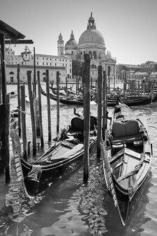 イタリア、ベニスの大運河のゴンドラ。黒と白のベネチアンビュー