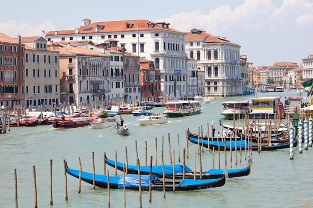 전통적인 베네치아로 잉 보트에 곤돌라 주차