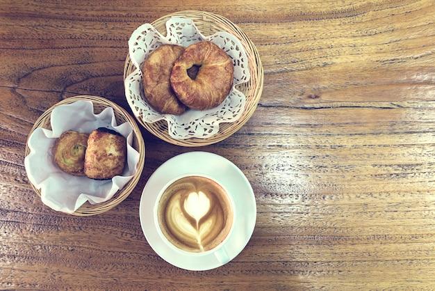 おいしい朝食、コーヒー、クロワッサン