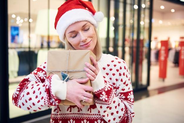 Buon shopping natalizio nel centro commerciale