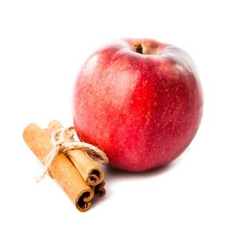 リンゴとシナモンの白で隔離の良い組み合わせ