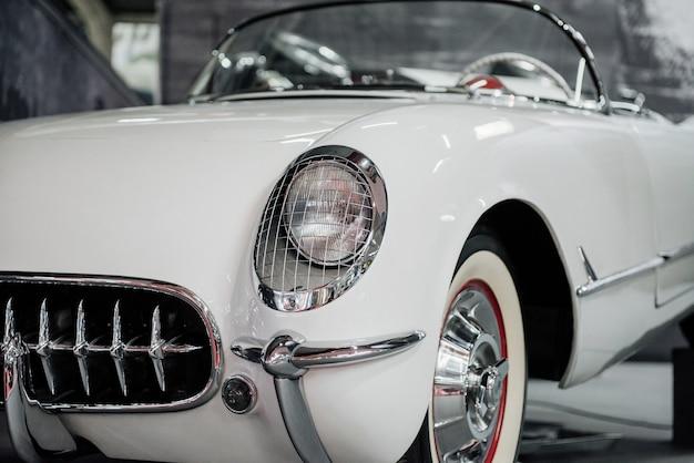 良好な状態。白いレトロな自動車