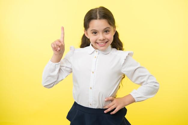 좋은 생각. 어린 소녀는 아이디어가 있습니다. 그녀는 아이디어를 얻었다. 작은 소녀 아인슈타인의 완벽한 아이디어.