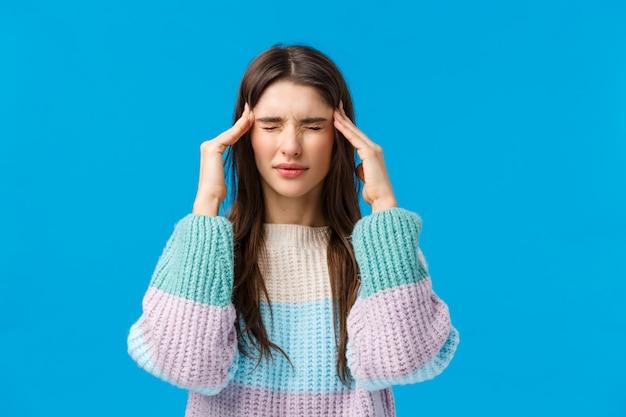 Красивая женщина в свитер, показывая жест.