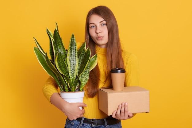 Хорошо выглядящая женщина с ее вещами в руках
