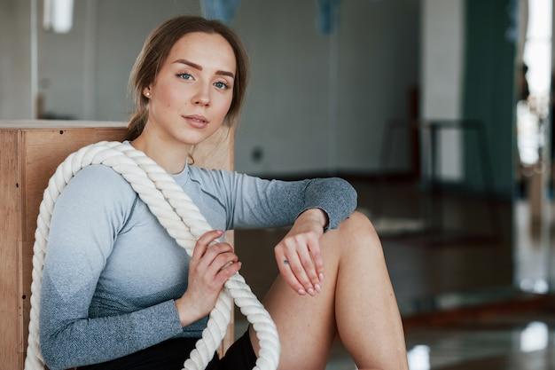 Красивый персональный тренер. спортивная молодая женщина имеет фитнес-день в тренажерном зале в утреннее время