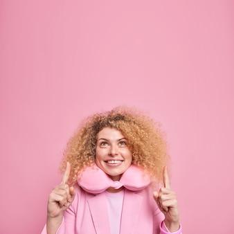 格好良い笑顔のヨーロッパの女性は巻き毛を持っています