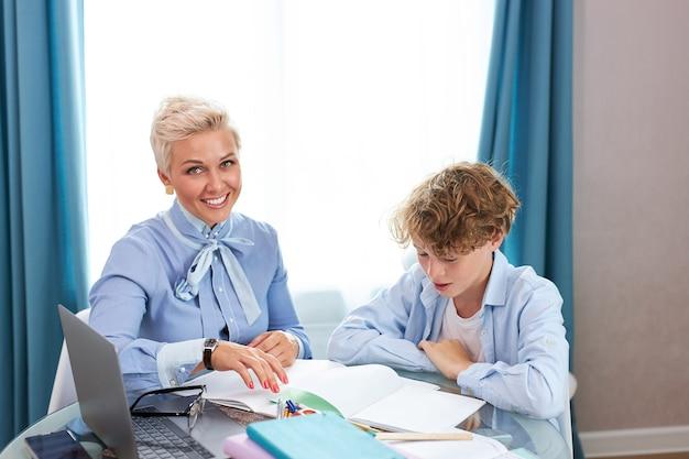 かっこいい先生と生徒がレッスンを受けています