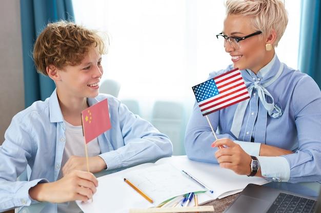 Красивый учитель и ученик на уроке