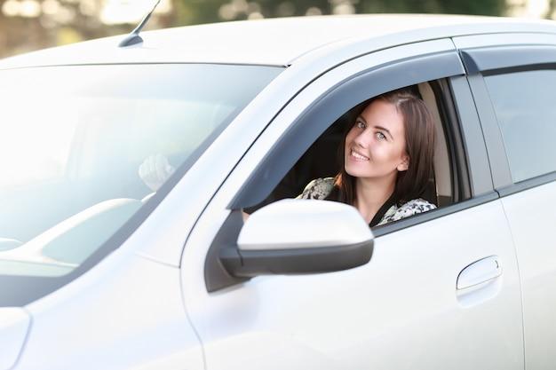 그녀의 차를 운전하는 좋은 찾고 여자