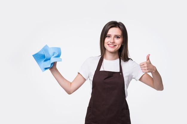 Красивая женщина делает галстук-бабочку из губки, показывает палец вверх. счастливый уборщик с удовольствием.