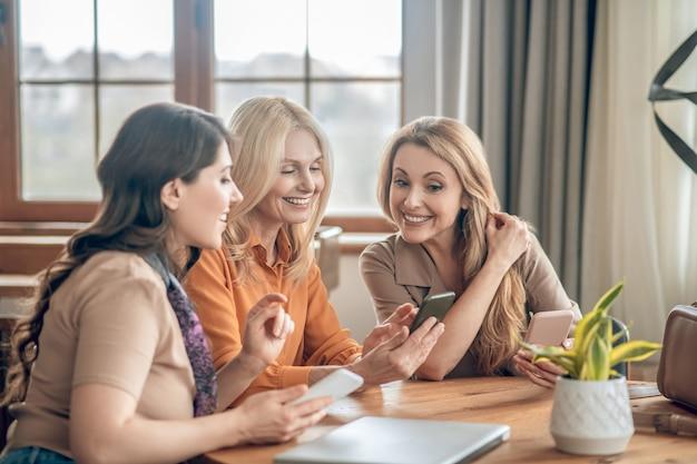 좋은 순간들. 함께 시간을 보내고 멋진 느낌을 주는 웃는 여성