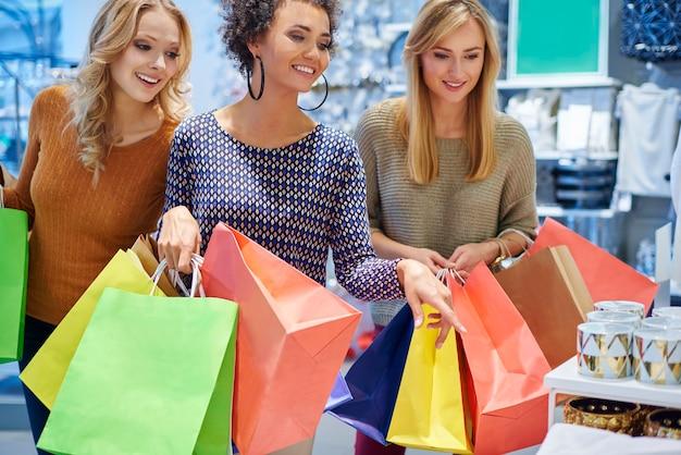 Buon umore delle ragazze nel centro commerciale